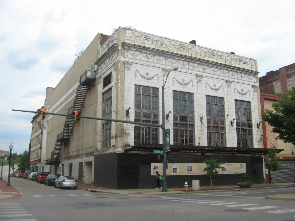 The Liberty/Paramount Theatre in 2012, less than a year before its demolition. Image via Wikimedia Commons.