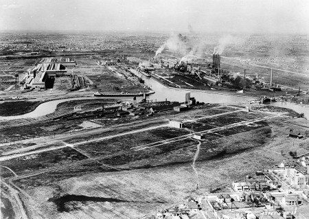 Aerial view of the Ford River Rouge plant (circa 1927) By Detroit Publishing Co. [Public domain], via Wikimedia Commons